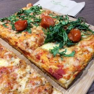 signorellis-deli-tomato-rocket-pizza